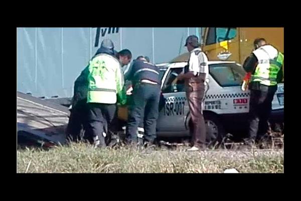 Se estrella taxi contra poste en la 57
