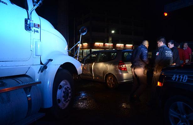 Tráiler causó daños a camioneta