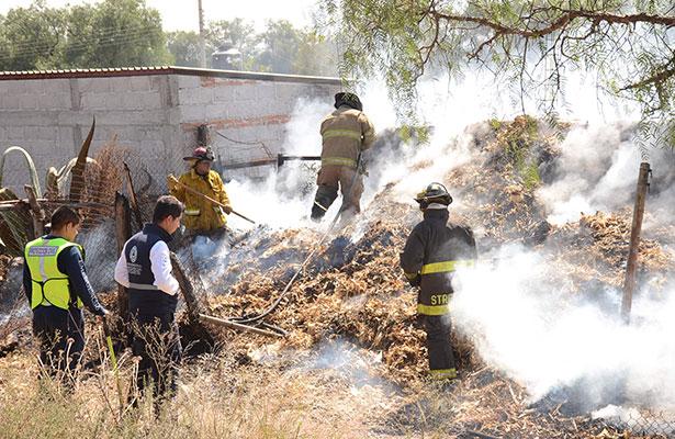 Arden pacas de forraje en La Llave