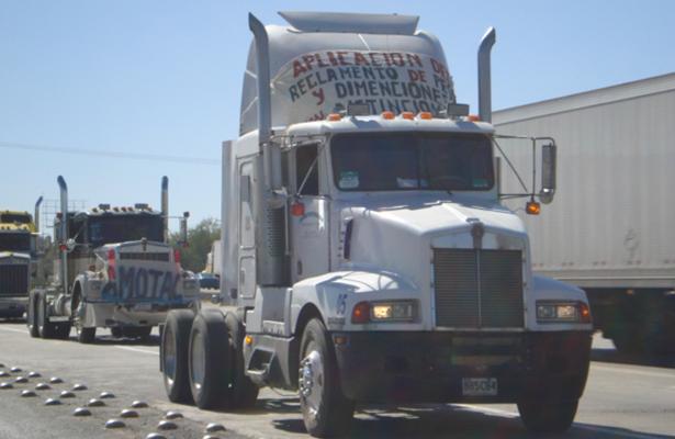 Transportistas afectados por aumento en combustible