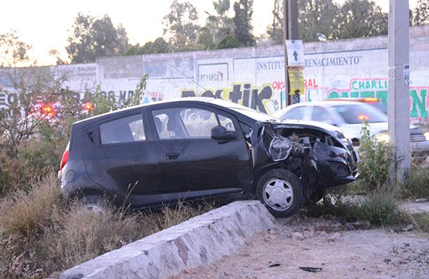 Auto chocó contra poste de concreto