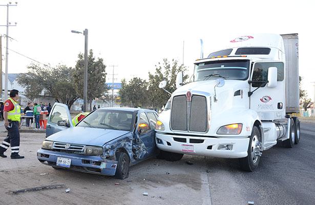 Tracto camión embistió auto