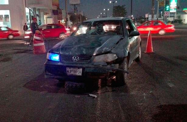 UNA DE las llantas de la cuatrimoto quedó debajo del automóvil Pointer que la chocó aparatosamente por alcance.