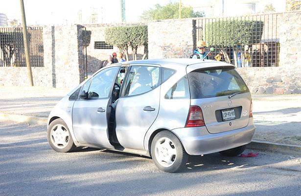 AUTO que impactó a la joven cuando presuntamente caminaba distraída.