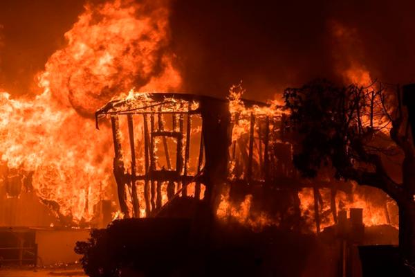 Incendios azotan barrio rico de Los Ángeles