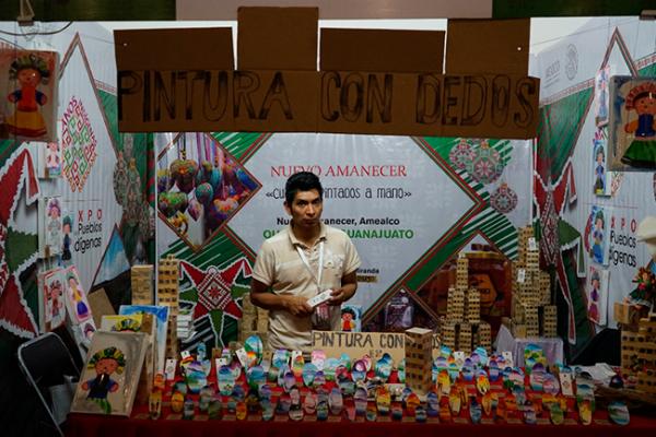 Pintor amealcense en Feria de Pueblos Mágicos