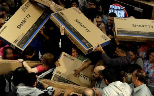 Largas filas y empujones en el 'black friday' de EU; compradores esperan el 'cyber monday'