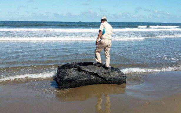 Continúan apareciendo bloques de hidrocarburo en playas de Coatzacoalcos