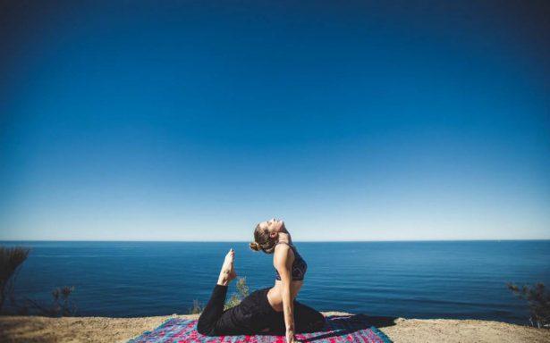 Yoga, arena y mar