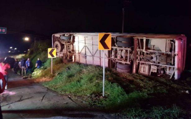 Volcadura deja 12 peregrinos muertos en Atotonilco