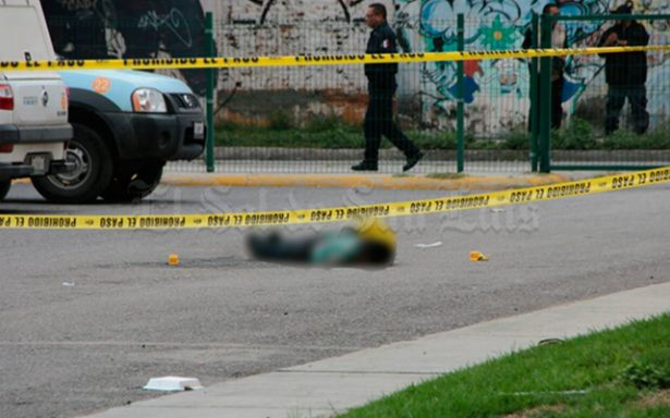 [Video] Encapuchados ejecutan a un hombre en plaza comercial de San Luis Potosí