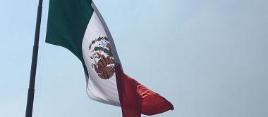 En el Día de la Bandera izan el símbolo patrio con el escudo al revés