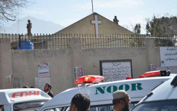 Kamikazes yihadistas atacan iglesia en Pakistán; hay al menos ocho muertos