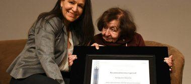La escritora Amparo Dávila recibe homenaje en el Palacio de Bellas Artes