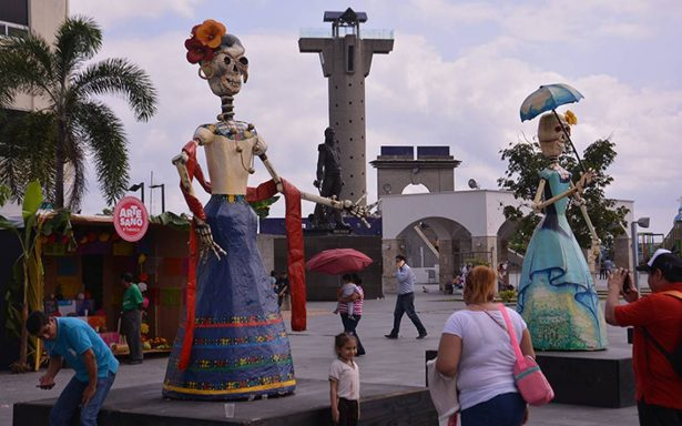 Catrinas gigantes engalanan Villahermosa