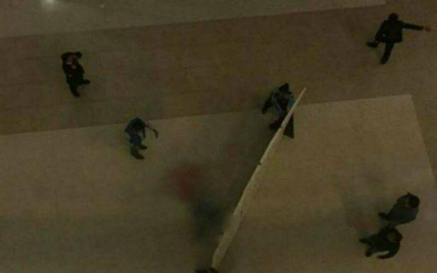 Hombre cae del tercer piso de la plaza Buenavista y muere al instante