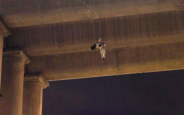 Dejan cuerpo colgando de puente peatonal en Jalisco
