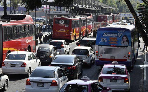 Autos con engomado rojo descansan este miércoles