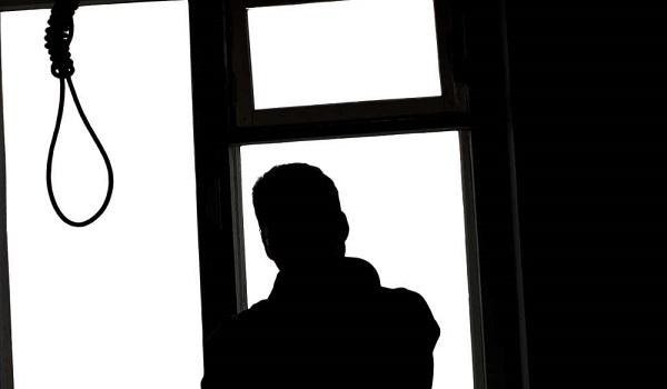 Se suicida hombre colgándose de la ventana de su casa