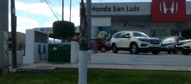 A punta de pistola asaltan a hombre frente agencia automotriz