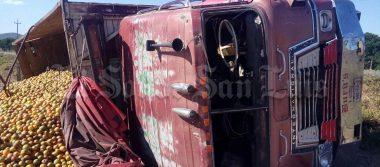 Vuelca camión de naranjas en carretera a Rioverde