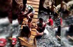 Colapsa con todo y turistas, puente colgante en Tamasopo
