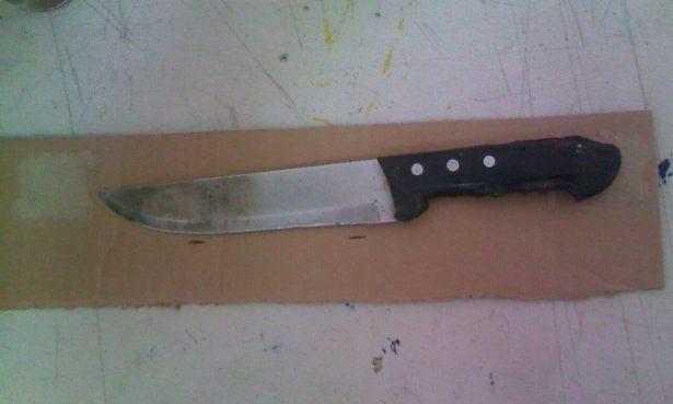 Sujeto intenta agredir con cuchillos a su pareja