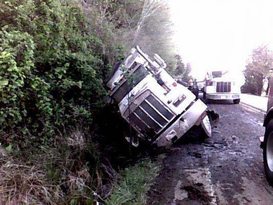 Un muerto y 2 heridos al chocar y volcar camión