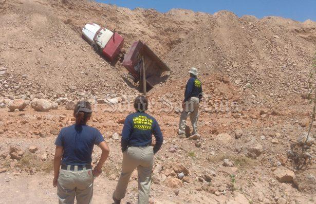 Muere trabajador al desbarrancar  camion con cargamento de tierra