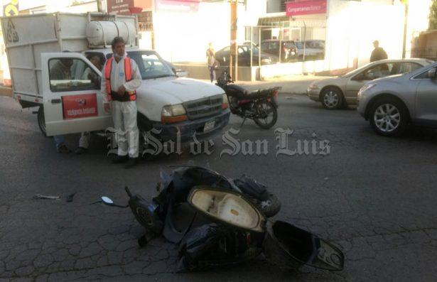 Choca motociclista y camioneta en la carretera Matehuala
