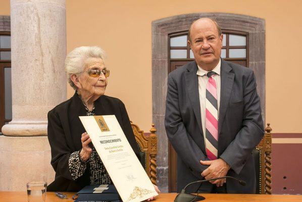 Concepción Calvillo dona acervo bibliográfico del Salvador Nava Martínez