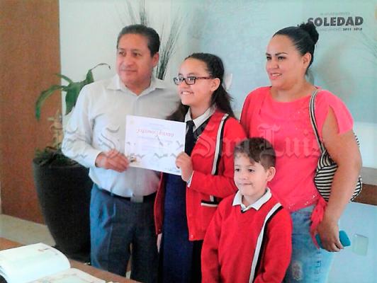 Reconoce Alcalde a niña  que ganó Concurso de dibujo