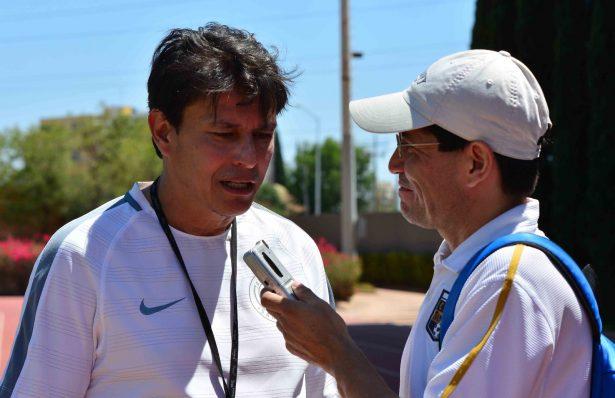 Entrenador del Atlético de San Luis visita la tumba de su padre