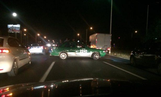 Conductor choca un taxi y se da a la fuga