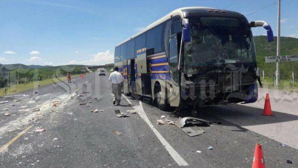 Tremendo choque entre camioneta y autobús