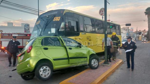 Camión choca en Santos Degollado