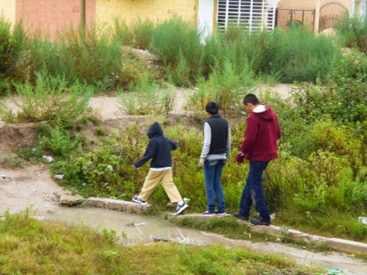 Decenas de familias en grave riesgo para llegar a sus casas