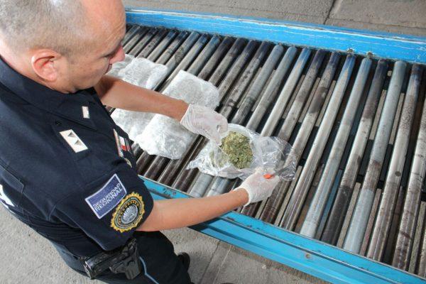 Droga y piezas de armas incautan en el aeropuerto