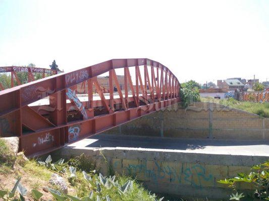 Claman vecinos protecciones en peligroso puente peatonal