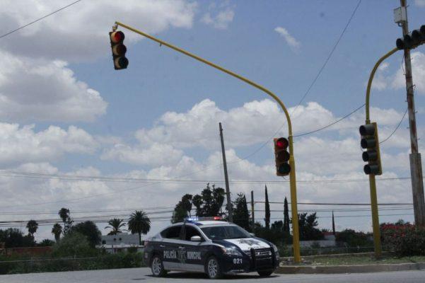 Instalan semáforo en avenida Roble y bulevar Turístico