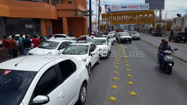 Taxistas se manifiestan en instalaciones de la SCT en Muñoz