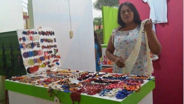 Artesanas elaboran prendas y artesanías de seda