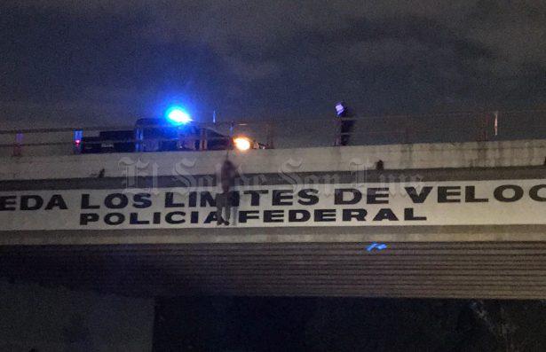 Dejan ejecutado colgado en puente con narcomensaje