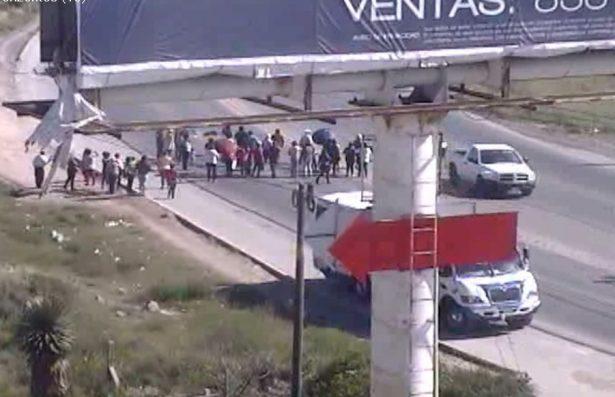 Ciudadanos se manifiestan, piden agua y alumbrado para colonias Magueyes y Flores