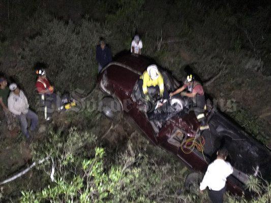 Camioneta cae a un barranco en la comunidad de Rioverde