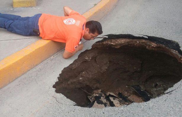 Colapsa red de drenaje y abre socavón en 5 de mayo