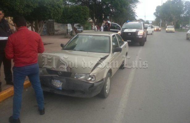 Conductor de Tsuru provoca accidente en Avenida México