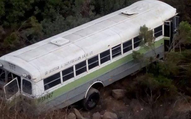 Chofer se duerme y pierde control de camión; cae a un barranco, en Tijuana