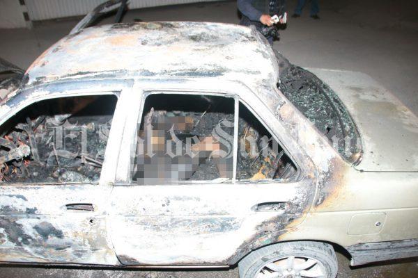 Incendian vehículo con una persona al interior