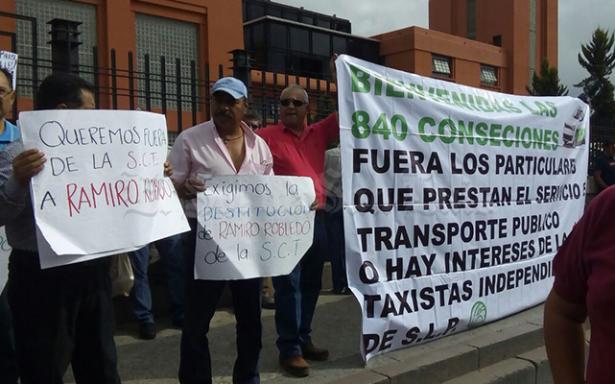 Taxistas se manifiestan y exigen salida del titular de la SCT